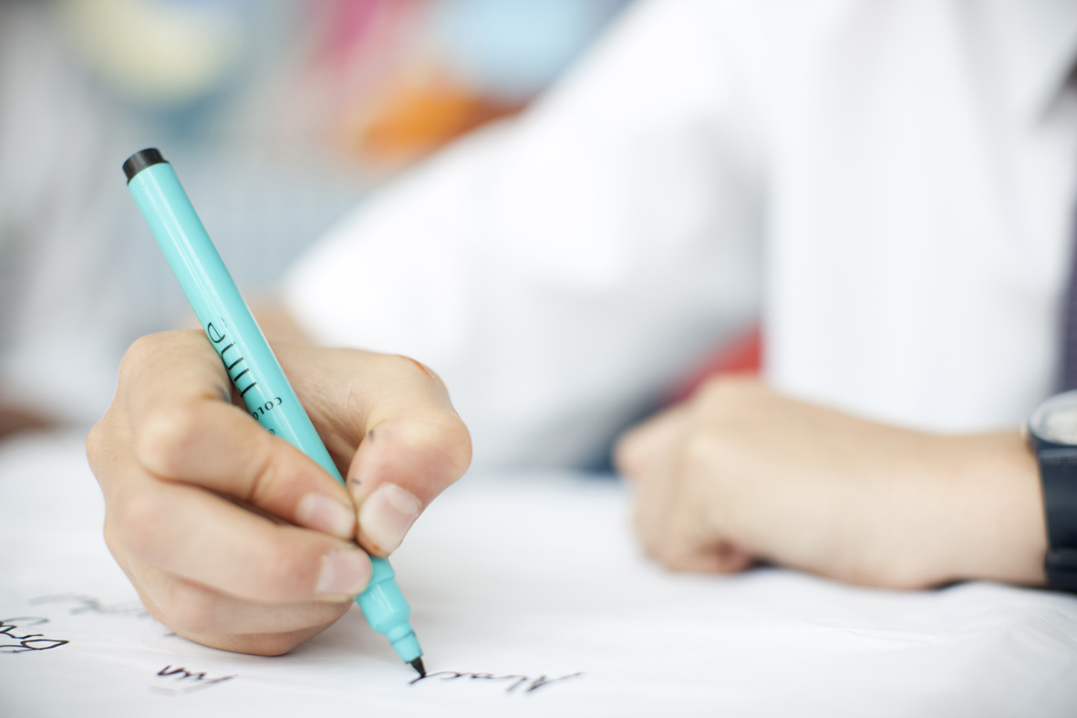 child_writing_escritura_inspiracion_montessori_colegio_maria_montessori